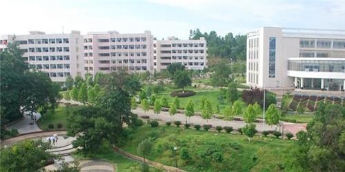 """赣南师范大学位于江西南部、京九线上享有""""南国宋城、客家摇篮、"""