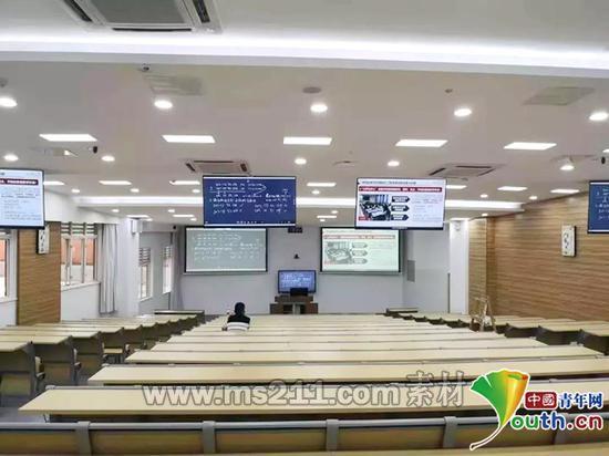 多屏显示课件内容。四川大学教务处供图